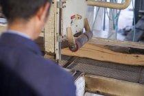 Carpenter working on wooden flooring in factory, Jiangsu, China — Stock Photo