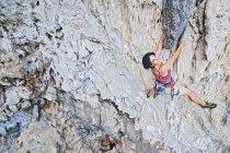 Portrait de femme alpiniste escalade un itinéraire de 7 a à Crazy Horse Buttress, près de Chiang Mai, Thaïlande — Photo de stock