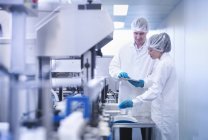 Workers inspecting product in pharmaceutical factory — Stock Photo