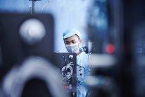 Працівник на e сигарети батареї заводу, Гуандун, Китай — стокове фото