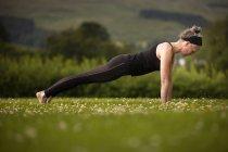 Зрілі жінки, практикуючи йога дощата у сфері — стокове фото