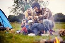 Giovane coppia campeggio versando tè — Foto stock