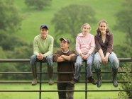 Agricoltore con bambini al cancello — Foto stock