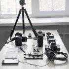 Смартфон і фотографії обладнання на столі студії — стокове фото
