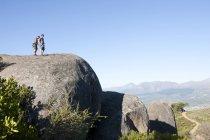 Молоді чоловіки альпіністи кріплення мотузки і джгути на скелях — стокове фото