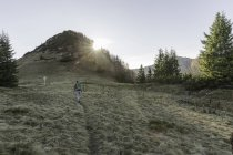 Donna di età media a piedi Achensee, Tirolo, Austria — Foto stock