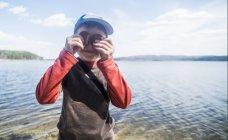 Ritratto di ragazzo malizioso con biscotti sopra gli occhi sul lungolago — Foto stock