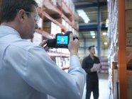 Employé de bureau prenant une image thermique avec caméra dans l'usine — Photo de stock