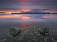 Meer und Felsen bei Sonnenuntergang, Hvalfjordur, Island — Stockfoto