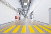 Фабрика коридор с желтым пешеходный переход — стоковое фото