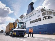 Port workers on dock side beside ship — Stock Photo