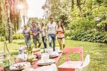 Gruppo di amici che si godono la festa in giardino — Foto stock