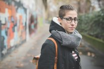 Підліток на вулиці, графіті стіни у фоновому режимі — стокове фото