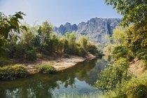 Висока кут зору до цих пір річка, місті Thakhek, Khammouane, Лаос — стокове фото