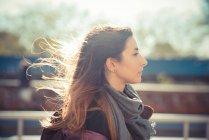 Mitte Erwachsene Frau luftig am Straßenrand entlang — Stockfoto