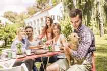 Група друзів, які насолоджуються садовими вечірками. — стокове фото