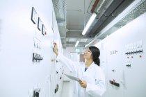 Scienziato nella sala di controllo — Foto stock