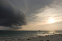 Nuages orageux se formant au-dessus de la mer avec bateau — Photo de stock