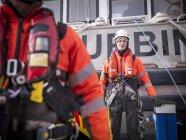Портрет оффшорного инженера-ветряка в порту — стоковое фото