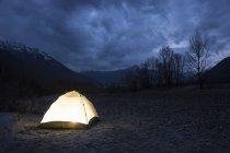 Zelt in der Nacht beleuchtet — Stockfoto