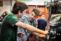Мужская механика в мотоциклетной мастерской — стоковое фото
