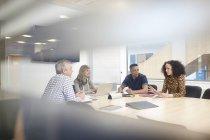 Riunione del team aziendale al tavolo delle conferenze — Foto stock