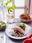 Darne de saumon cuit au four avec des haricots sur plaque — Photo de stock