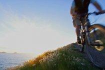 Гора байкер на прибережній шлях. — стокове фото