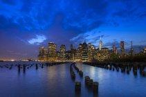 Skyline von Manhattan Finanzviertel und One World Trade Center in der Abenddämmerung, New York, Usa — Stockfoto