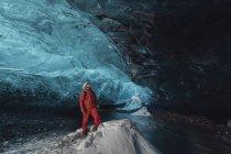 Человек смотрит вверх в ледяной пещере, ледник Ватнайокалл, Национальный парк Ватнайокалл, Исландия — стоковое фото