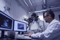 Laborassistentin arbeitet mit Sem-Bild am Computer — Stockfoto