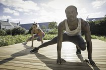 Coppia gambe accovacciate stretching — Foto stock