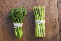 Bouquets de brocoli et les asperges attachés avec des cordes — Photo de stock