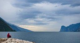 Человек, видом на озеро Гарда, Рива дель Гарда, Трентино, Италия — стоковое фото