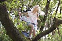 Батько допомагаючи дочка лазити дерево — стокове фото