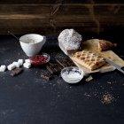 Штрудель, шоколад, торт і інгредієнти на кухонному столі — стокове фото