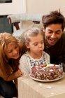Батьки і діти видування свічок — стокове фото