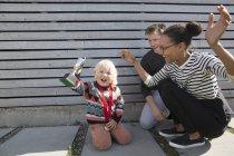 Trofeo per ragazzi con madre e padre che fanno il tifo — Foto stock