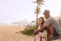 Молодая пара на пляже Ипанема, Рио-де-Жанейро, Бразилия — стоковое фото