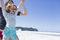 Madre e figlia che saltano in mare, Hot Water Beach, Baia delle Isole, Nuova — Foto stock