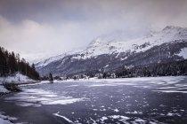 Заморожені озера і села під засніжених Гора, Engadin, Швейцарія — стокове фото