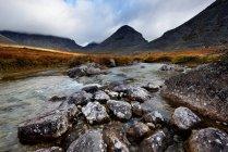 Baixa a nuvem no vale do Rio Belaya de Malaya, Khibiny montanhas, Península de Kola, Rússia — Fotografia de Stock