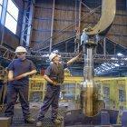 Ingénieurs traitement thermique des pièces en acier dans l'usine d'ingénierie — Photo de stock