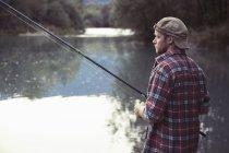 Jovem pesca no lago, Premosello, Verbania, Piemonte, Itália — Fotografia de Stock