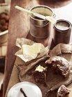 Mesa rústica com acendi pão e manteiga — Fotografia de Stock