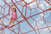 Девушка играет на веревках на открытом воздухе — стоковое фото