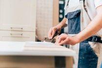 Jeune adulte charpentier au travail en atelier — Photo de stock