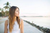 Молода жінка з видом від набережної, Маніла, Філіппіни — стокове фото