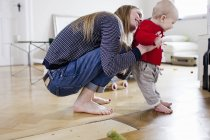 Середині дорослих Жінка тримає дитину дочка зробити перші кроки — стокове фото