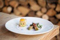 Piatto di uova di quaglia, fagiolini avvolto in pancetta croccante — Foto stock
